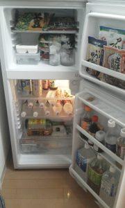 単身赴任者の冷蔵庫は酒と炭酸水と冷凍食品だけ